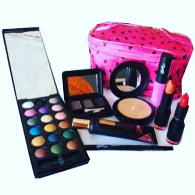 Online Beauty Grooming Journalist Blogger Of The Year: Classic Make Up Set Ghana